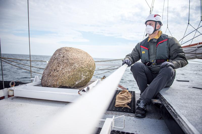"""Die Aktivistinnen und Aktivisten auf der """"Beluga II"""" versenken in Meeresschutzgebieten in der Ostsee tonnenschwere Granitsteine. Diese sollen das Gebiet wirksam vor der zerstörerischen Grundschleppnetzfischerei bewahren"""