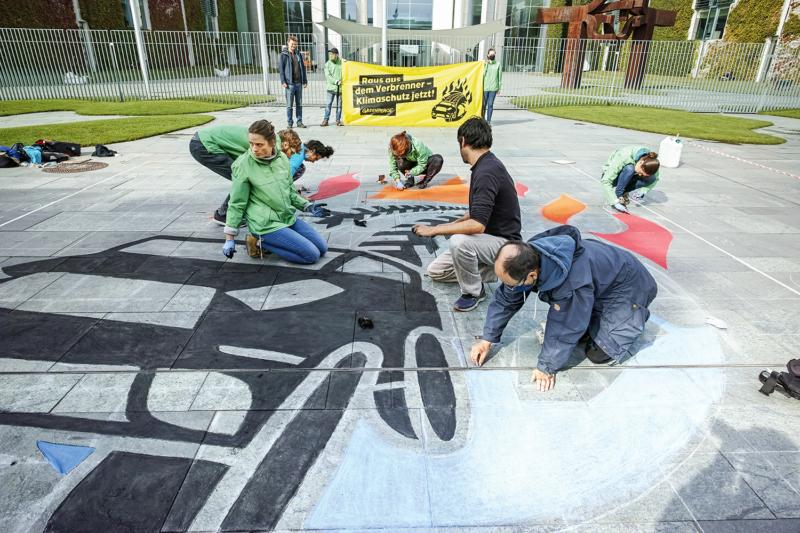 Anlässlich des Autogipfels fordern Greenpeace-Aktive vor dem Bundeskanzleramt in Berlin ein schnelles Verbrennerverbot