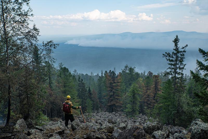 Juli 2020: Ein Brandexperte begutachtet die Ausbreitung der Feuer in der russischen Uralregion