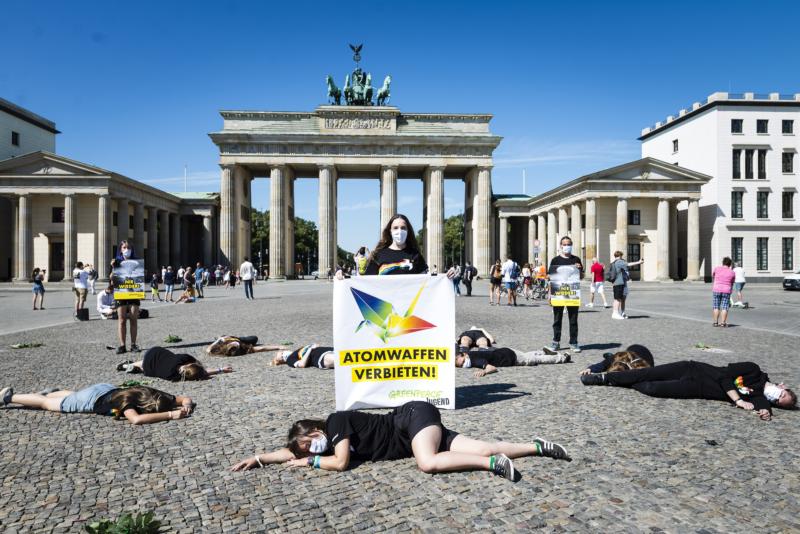 """Greenpeace Jugendliche, JAGs, demonstrieren mit einer Performance vor dem Brandenburger Tor für Frieden und atomare Abrüstung. Die jugendlichen Umweltschützer führen in Zusammenarbeit mit der Choreografin Minako Seki eine Performance zum Atombombenabwurf auf Hiroshima auf. Auf Bannern fordern sie: """"Atomwaffen verbieten!"""""""