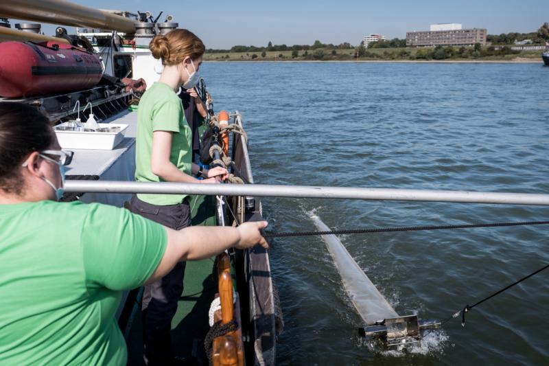 Die Umweltwissenschaftlerin Daniela Herrmann überprüft eine Wasserprobe