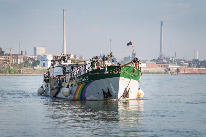 """Mit gelegtem Mast: Die """"Beluga II"""" nahe Dormagen ist auf der Suche nach den Verursachern der Mikroplastikbelastung"""