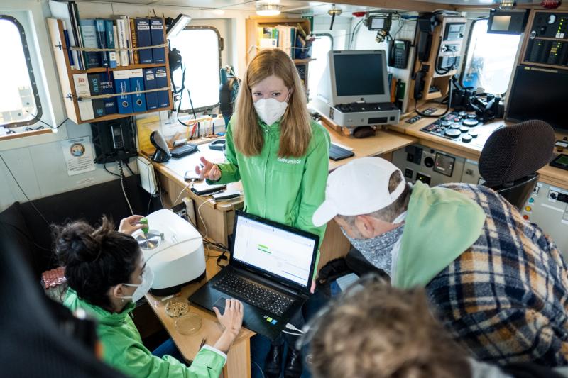 Mit einem Spektrometer analysiert die Crew an Bord die Art des Kunststoffes, aus denen die gefundenen Partikel bestehen