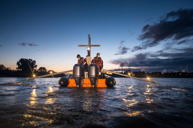 Nachtschicht: Rund um die Uhr nimmt Greenpeace auf dem Rhein Proben