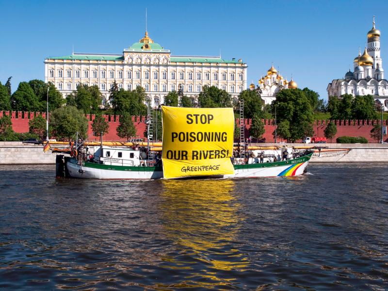 Anlässlich des Ministertreffens der Helsinki-Kommission in Moskau protestierte die Crew der Beluga 2010 gegen die Verschmutzung der Flüsse