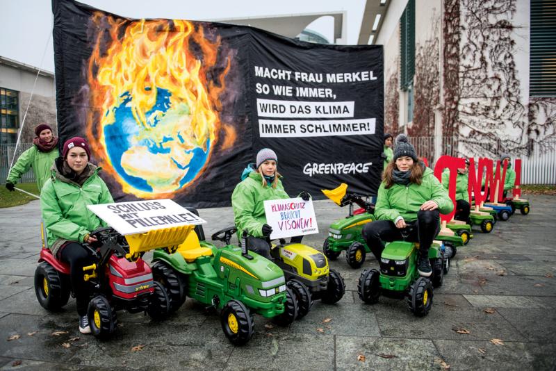 Junge Greenpeace-Aktivisten und -Aktivistinnen 2019 beim Protest gegen die Untätigkeit der Bundesregierung bei Klimaschutz in der Landwirtschaft vor dem Dienstsitz der Bundeskanzlerin in Berlin.