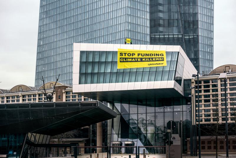"""Mutig steigen Greenpeace-Aktive der Europäischen Zentralbank aufs Dach. Ihre Botschaft: """"Hört auf, Klimakiller zu finanzieren!"""""""