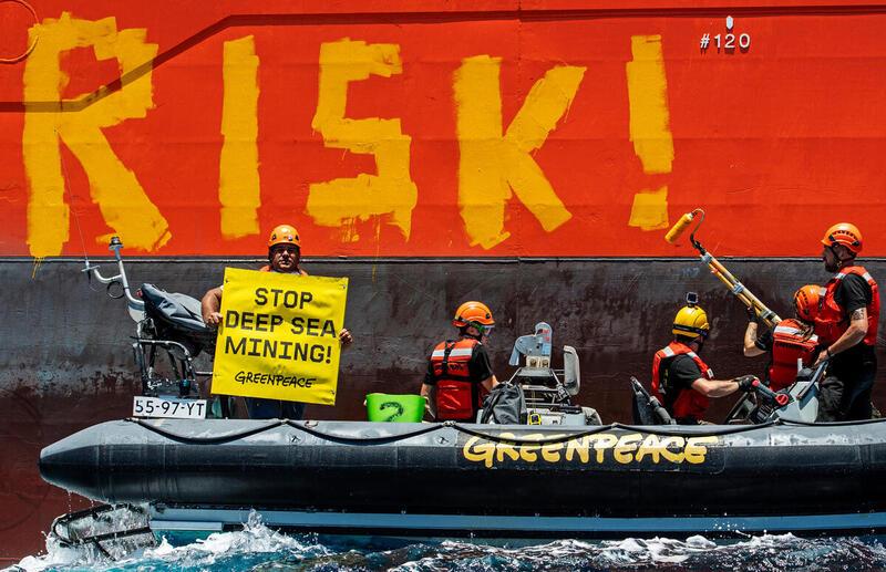 """Mitten im Pazifik protestiert die Besatzung des Greenpeace-Schiffes """"Rainbow Warrior"""" gegen den geplanten Rohstoffabbau in der Tiefsee"""