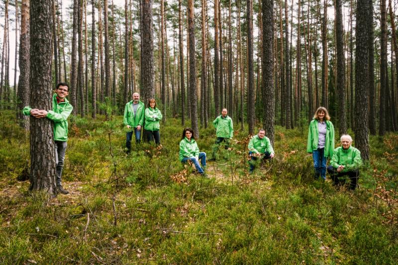 Einige Mitglieder von Greenpeace Weiden bei einem Treffen im geretteten Wald (v.l.): Florian, Wolfgang, Angela, Gudrun, Gerald, Günther, Claudia und Franz