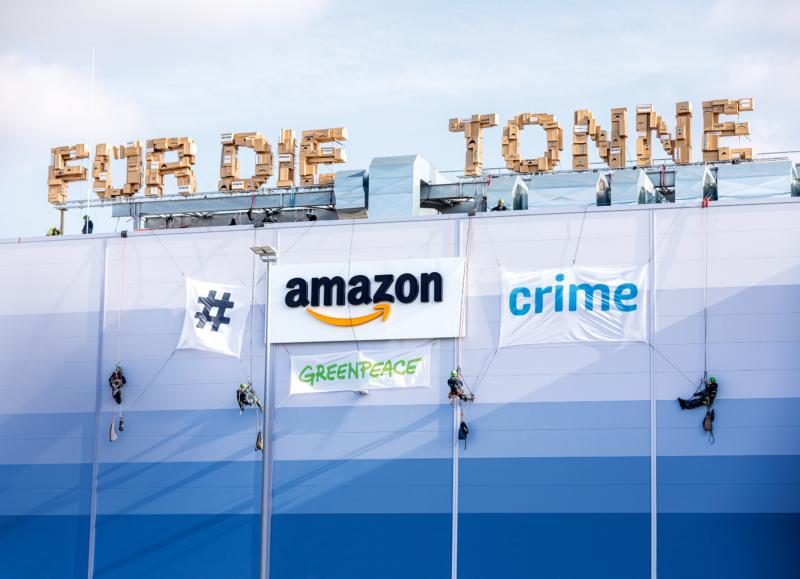 Gegen die unsinnige Zerstörung neuwertiger Waren protestierten Greenpeace-Aktive im Juli 2019 auf dem Dach des Onlinehändlers Amazon in Winsen an der Luhe