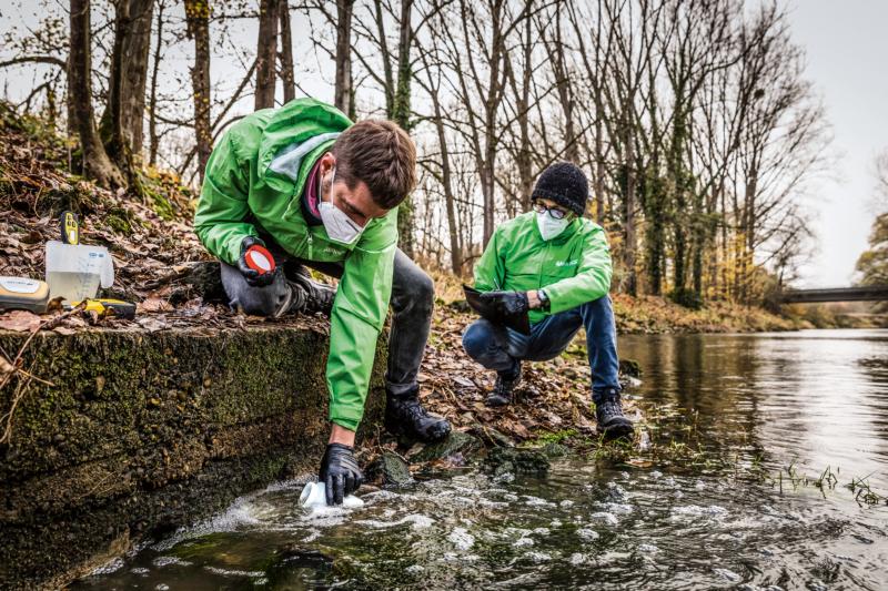 Ende 2020 nahm ein Greenpeace-Rechercheteam bei sieben Schlachtbetrieben Abwasserproben, die von der Universität Greifswald analysiert wurden