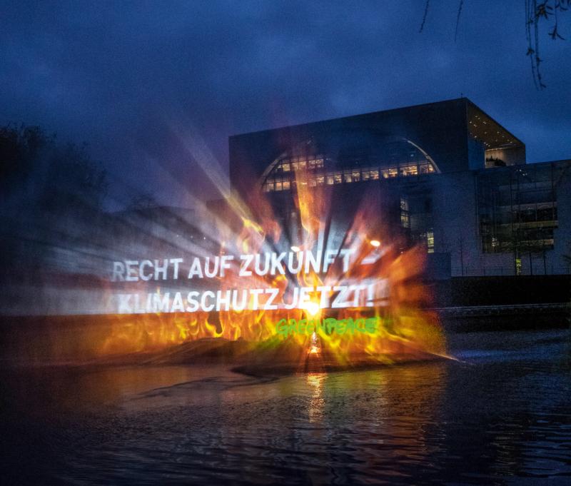 Projektion auf Wasserwand: Greenpeace-Aktive demonstrierten für Generationengerechtigkeit in der Klimapolitik